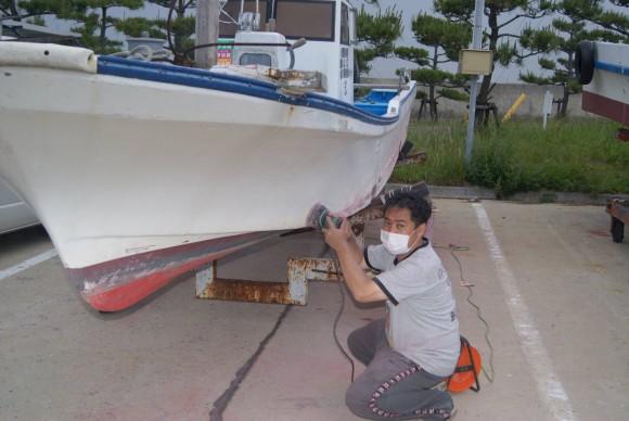 キャンピングカーでボート補修