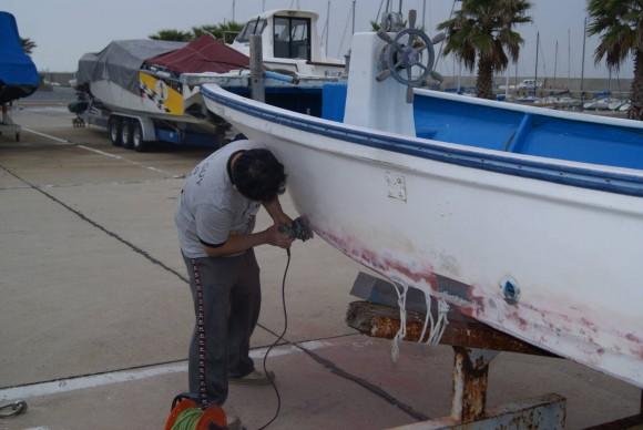 ハイエース キャンピングカーでボートの補修