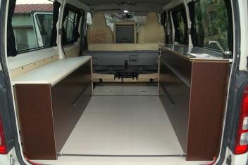 ハイエース自作キャンピングカーの荷室